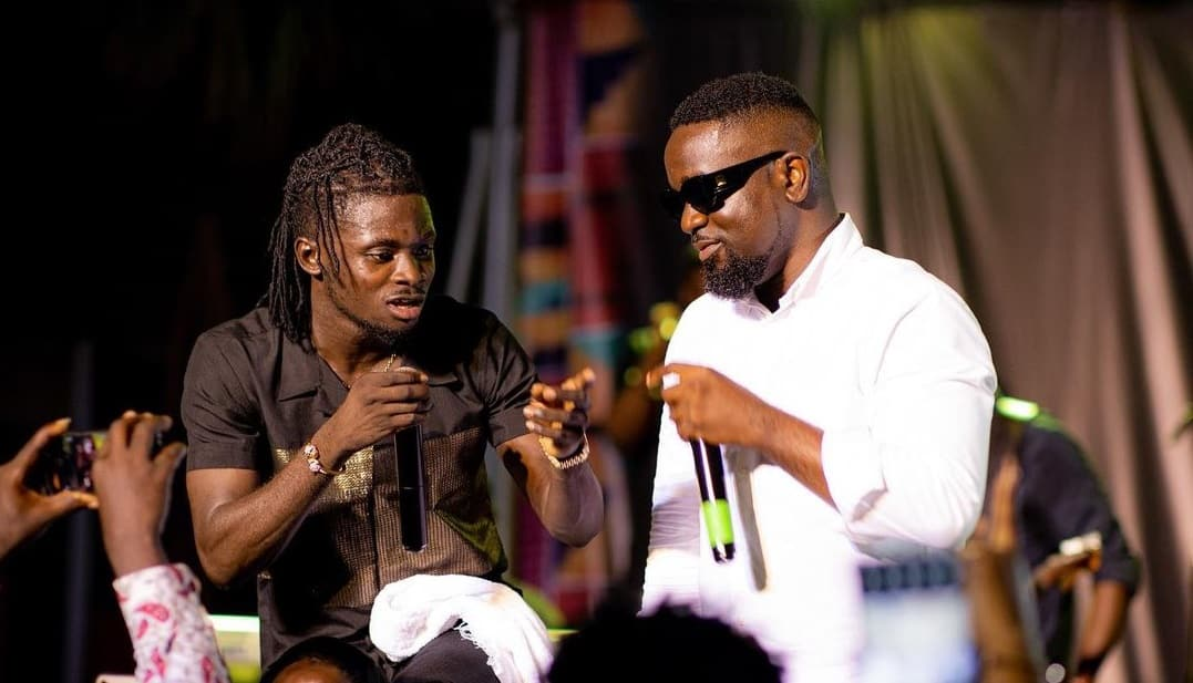 """Watch Video: Sarkodie and Kuami Eugene performs their controversial NPP song """"Happy Day"""" together for the first time."""
